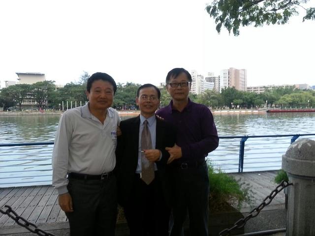 成功大學66級統計系同學:溫國信洪嘉鍮邱源隆1011124愛河.jpg