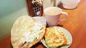 【中和.永和】頂溪捷運站早午餐推薦。晨時年代朝食所。推手工鮪魚起士蛋餅:20190605_063255.jpg