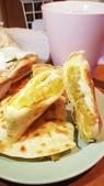 【中和.永和】頂溪捷運站早午餐推薦。晨時年代朝食所。推手工鮪魚起士蛋餅:20190605_063348.jpg