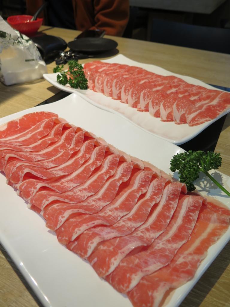 IMG_7279.JPG - 【中和.永和】午餐.晚餐推薦。樂番日式涮涮鍋。推樂番綜合海鮮鍋。11盎司兩大盤超大雪花牛肉鍋