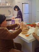 2009復活節彩蛋製作:009剪襪子-洗蛋.jpg