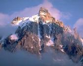 出國旅遊照片:高聳的山頂上有皚皚白雪