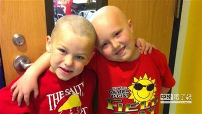 網誌用照片2:文森(左)不想讓患血癌的好友柴克(右)覺得孤軍奮戰,所以也剃了光頭。.jpg