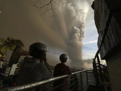 「菲火山爆發」恐怖蒸氣衝1公里高空,馬尼拉機場暫停起降!