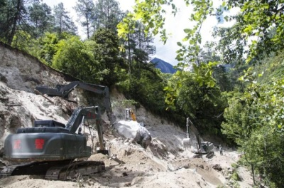 「國道318線塌方」大巴車司機緊急倒車救42人