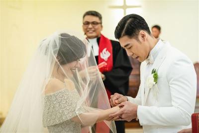 「kimiko出嫁了」絕美婚紗激裸雙肩誓詞曝光,在你面前我可以放心大笑!