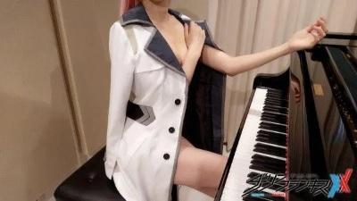 「鋼琴女神」拼了?Pan Piano沒穿內衣彈琴!