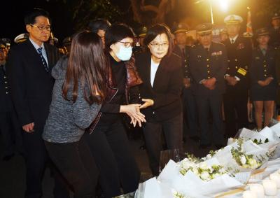 「沈一鳴夫人」台北賓館追思會悲泣,蔡總統擁抱安慰!