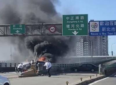 「中興橋火燒車」驚險照片曝光!駕駛搏命救女友車門卡住