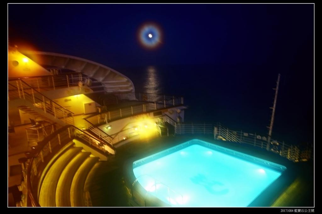 (藍寶石公主號 ):郵輪夜景