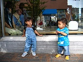 20060728北海道:127大人聊天,我和弟弟也要聊聊.jpg