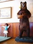 20060728北海道:081歐風煤油燈咖啡館之熊雕像.jpg