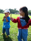 20060728北海道:119這次和弟弟玩樹枝.jpg