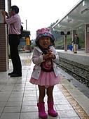 20060901小寶寶遊油車寮:後面有人拿雨傘,也有人在拍照