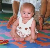 寶貝的成長:870511-我會坐了.jpg