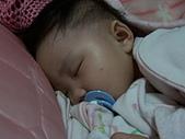10-12個月:睡覺時依然緊緊抓著她的被被
