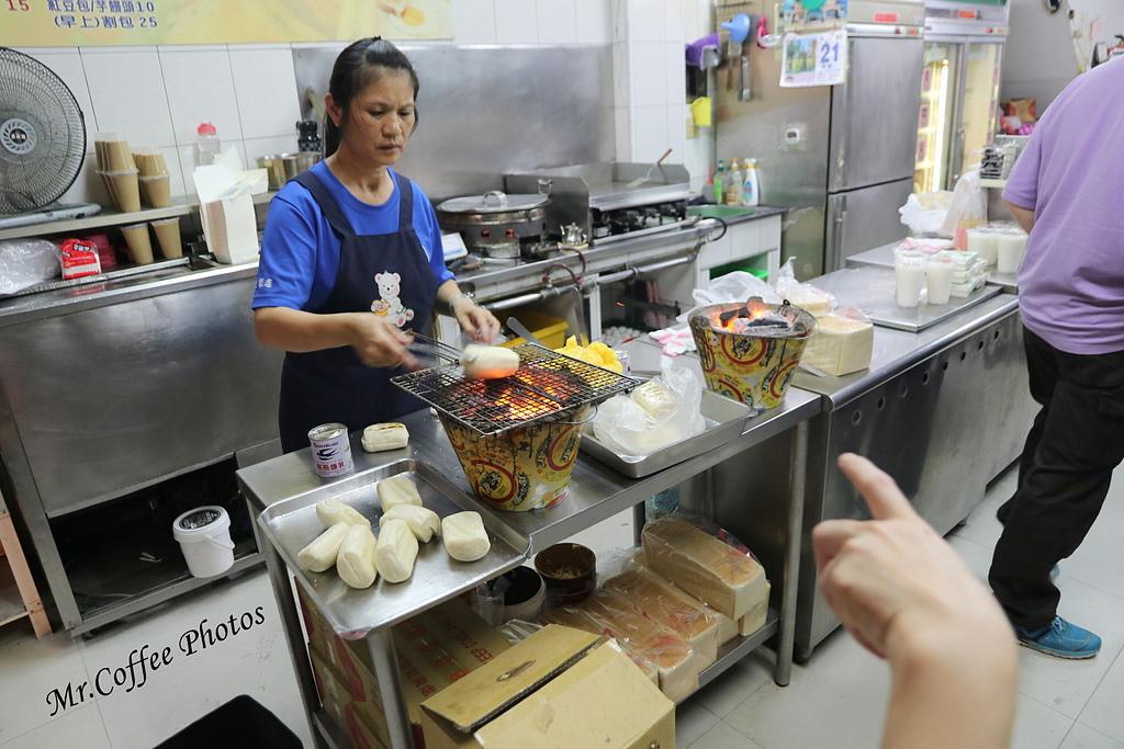 IMG_3221.JPG - D1-04 東港。烤饅頭