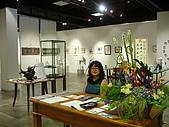 銀的架橋 - 2008日本沖繩:展場入口坐著可愛的日本老師