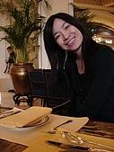 08年和老姐遊香港I:老姊粉開心的在等下午茶來到