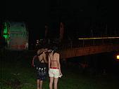 ◤情人:福隆沙灘夜的一對情侶背影