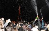 大千世界:巴黎埃菲爾鐵塔前,人們噴香檳來慶祝新年的到來