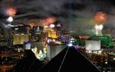 大千世界:拉斯維加斯的焰火同樣點亮城市的夜空