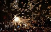 大千世界:東京鐵塔附近釋放氣球,上面寫著2012年的祈願